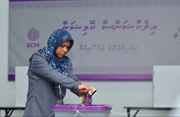 A lawyer casting her ballot at the polling station in Male'. PHOTO: HUSSAIN WAHEED/ MIHAARU