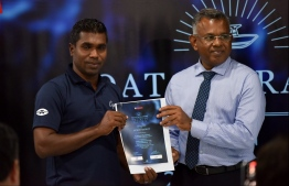 State Minister for Higher Education Mohamed Hashim awards certificate for boat operators completing the training. PHOTO: HUSSAIN WAHEED / MIHAARU