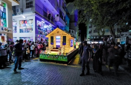 Many gathered in groves to witness the festive Float Parade on July 27. PHOTO: HUSSAIN WAHEED/MIHAARU.
