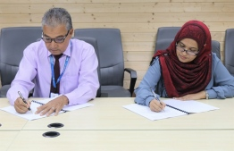 Maldives Transport and Contracting Company (MTCC)'s COO Shahid Hussain Moosa and Planning Ministry Director-General Shaana Farooq signing the agreement