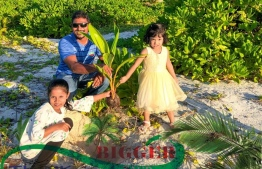 Two children partaking in former Councillor Saud Ali's efforts for a greener Thinadhoo, Gaafu Dhaalu Atoll. Saud's Daily One receives unanimous enthusiastic support.