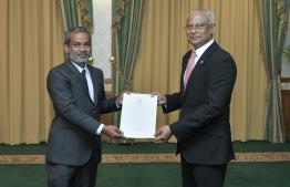President Solih presenting the letter of appointment to Shakeel. PHOTO: PRESIDENTS OFFICE