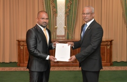 President Ibrahim Mohamed Solih (R) presents letter of appointment to Mohamed Jinah, the new Ambassador of Maldives to Thailand. PHOTO/PRESIDENT'S OFFICE
