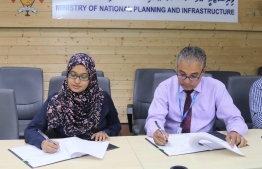 MTCC Chief Operating Officer (COO) Shahid Hussain Moosa and Director-General Fathmath Shaana Faarooq signing the agreement concerning the water and sewerage system in Gaadhiffushi, Thaa Atoll.