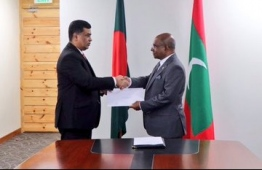 Foreign Minister Abdulla Shahid issues document of the new land area for the embassy of Bangladesh. PHOTO/FOREIGN MINISTRY
