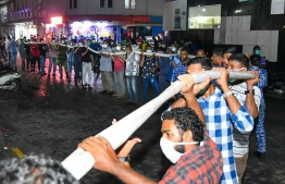 Public played a large role in aiding authorities to control the blaze. PHOTO: HUSSAIN WAHEED/ MIHAARU