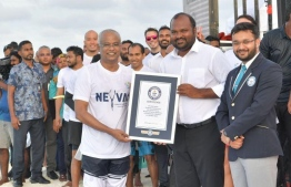 President Solih accepts the certificate from Officials of Guinness which recognizes 'Neyva' as the event in which the greatest number of people simultaneously freedived. PHOTO: PRESIDENT'S OFFICE.