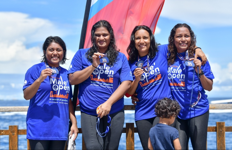 Participants holding up their medals after completing the Dhiraagu Male' Open. PHOTO: NISHAN ALI/ MIHAARU