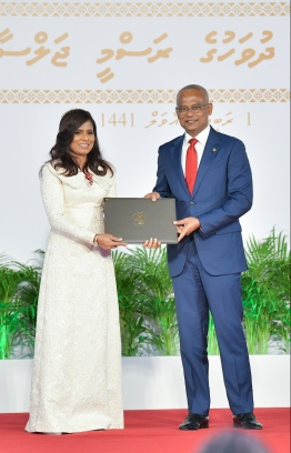 President Solih presents National Award of Recognition to Aishath Shamla, for her contributions to the field of applied arts. PHOTO: HUSSAIN WAHEED / MIHAARU