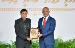 President Solih presents National Award of Recognition to Ismail Mahfooz, for his contributions in the area of sports and promoting professional sportsmanship. PHOTO: HUSSAIN WAHEED / MIHAARU