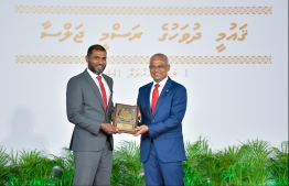President Solih presents National Award of Recognition to legendary football goalkeeper, Imran Mohamed, for his contributions in the field of sports and promoting professional sportsmanship. PHOTO: HUSSAIN WAHEED / MIHAARU