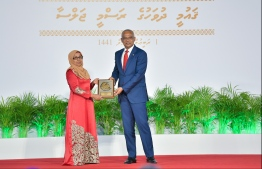 President Solih presents National Award of Recognition to Aneesa Mohamed, in the area of promoting arts and crafts. PHOTO: HUSSAIN WAHEED / MIHAARU