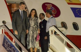 Spanish King Felipe VI (L) and Queen Letizia arrive at Havana's Jose Marti International Airport on November 11, 2019. - The Spanish royals are visiting Cuba for Havana's 500th anniversary. (Photo by Yamil LAGE / AFP)