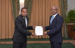 President Ibrahim Mohamed Solih presents the letter of appointment to Judge Ali Sameer as the High Court's representative on the Judicial Service Commission. PHOTO: PRESIDENT'S OFFICE