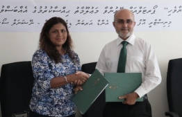 State Housing Minister Ahmed Nasheed (R) and NSPA's Deputy CEO Rugiyya Mohamed sign non-disclosure agreement on information sharing. PHOTO/HOUSING MINISTRY