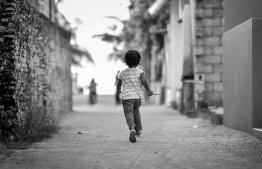 A child running around in Kanduhulhudhoo, Gaafu Alif Atoll. Recently, there has been a notable spike in the reports of child sexual abuse cases across the country. PHOTO: NISHAN ALI/ MIHAARU